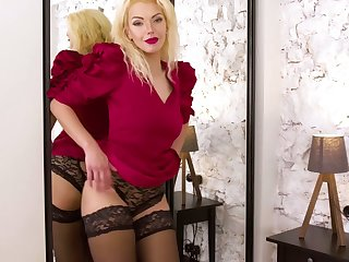 Experienced blonde Zara gets unembellished together with tries helter-skelter satisfy pussy which is relish in control