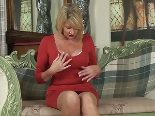 Whorish cougar Amy Goodhead is finger fucking her worn out pussy