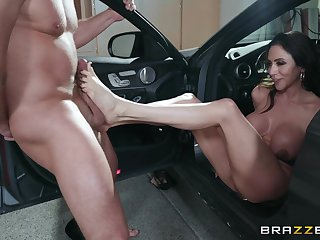 flexible body Ariella Ferrera wants to show her sexual skills to her side