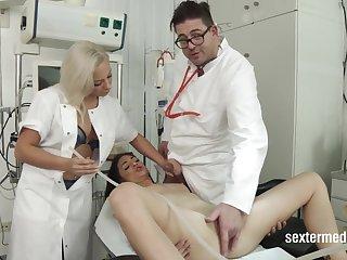Lullu Gun beim Arzt medical amulet at gyno doctor
