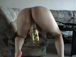 Deutsch Amateur Teen reitet eine Flasche vor der Kamera