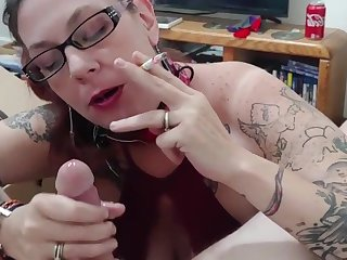 Casalinga italiana si fuma una sigaretta mentre succhia il grosso cazzo di un ragazzo