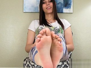 Oiledup footfetish tranny curls her toes
