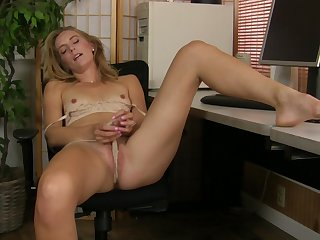 Closeup bungler video of naughty wife Mona Wales effectuation with her pussy